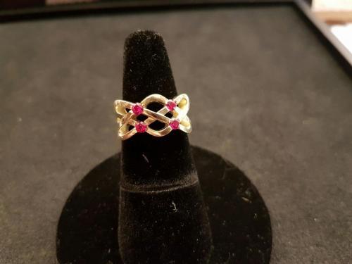 Gouden Keltische vlecht ring met robijnen
