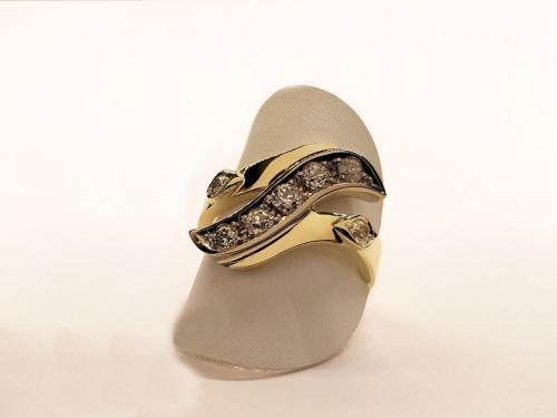 Geel gouden ring met wit gouden golf en diamant
