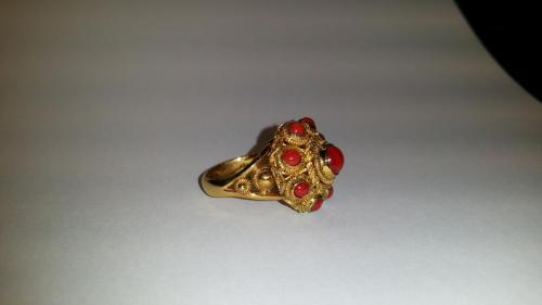 Gouden Zeeuwse knop ring met koraal